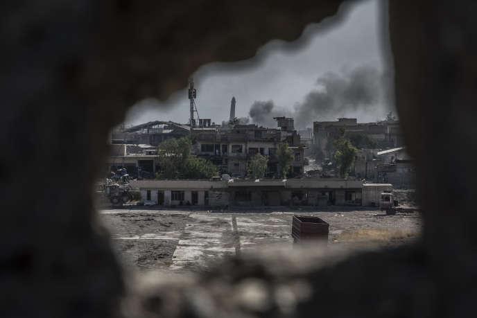 La grande mosquée Al-Nouri et son minaret penché, vus depuis une position avancée des forces spéciales irakiennes, à Mossoul (Irak), le 19 juin.