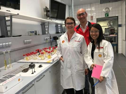 L'ingénieur français Benoît Poulet, à Hambourg le 21 juin 2017, entouré de l'italienne et de Crystal Goh, directrice des comptes, née à Singapour et résidant à Londres.