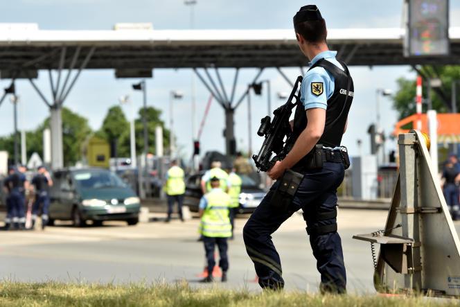 Contrôles au péage d'Hordain (Nord), le 5 juin.