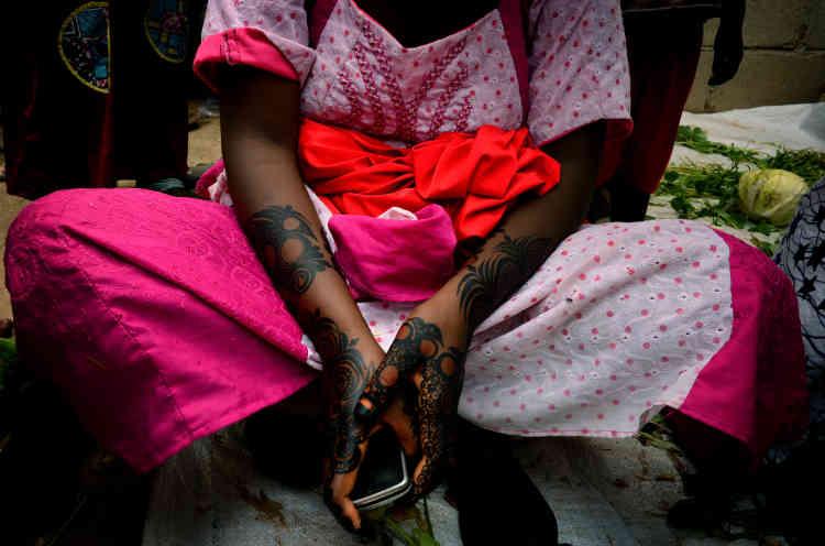 Khadija, 18 ans, prépare son mariage – arrangé – avec Ibrahim, qu'elle n'a rencontré qu'à quelques reprises.