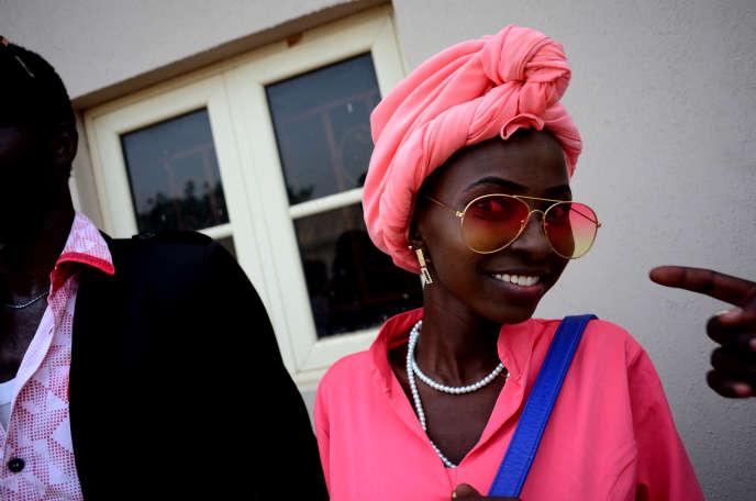 Des étudiants de l'Ecole polytechnique de Maiduguri fêtent la fin de leurs examens autour de la piscine d'un hôtel à la mode, sans tenir compte du couvre-feu.