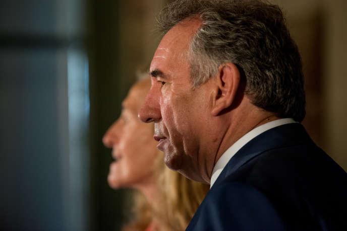 Nicole Belloubet et François Bayrou, lors de leur passation de pouvoir, au ministère de la justice, le 22 juin.