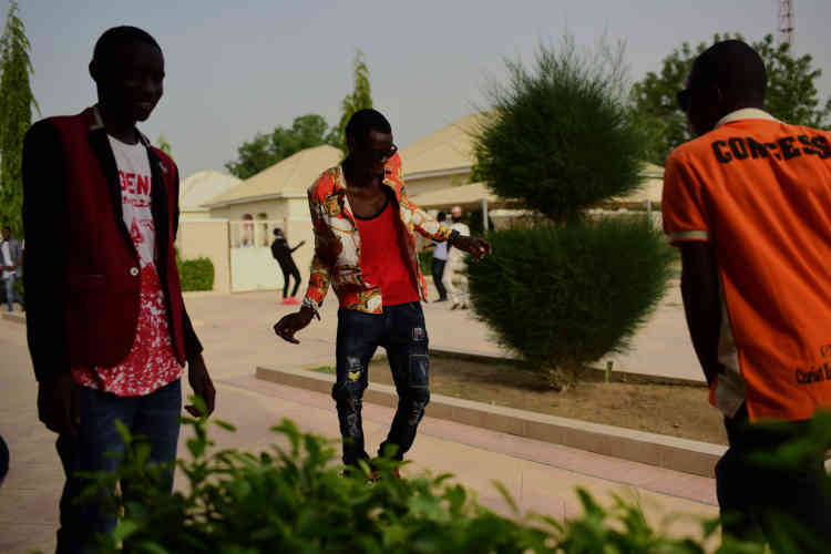 Des étudiants de l'Ecole polytechnique de Maidugurifêtent la fin de leurs examens, sans se soucier du couvre-feu.