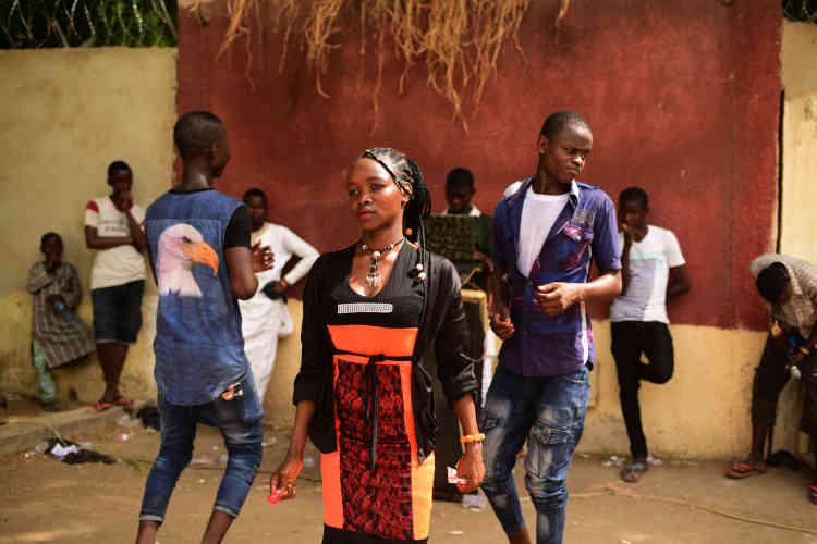 Des adolescents jouent à l'endroit où, avant, se tenait unefête foraine.