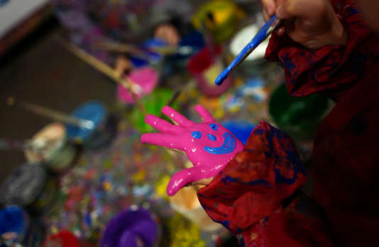 A child makes creative use of color paint during an art class for children in the city of Hanau near Frankfurt, Germany, March 7, 2016. REUTERS/Kai Pfaffenbach - RTSAWCO