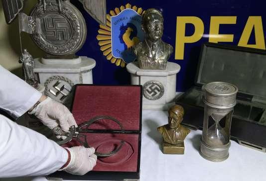 Des pièces d'« art nazi» saisies par la police lors d'une opération qui s'est déroulée le 9 juin à Buenos Aires.