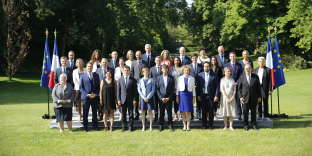 Photo de famille du gouvernement  Edouard Philippe 2, dans le jardin de l'Elysée, le 22 juin, juste avant le conseil des ministres.