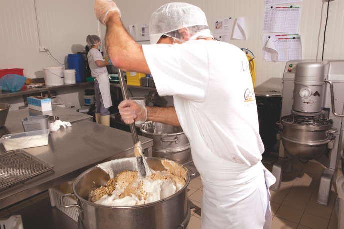 Fabrication de nougat glacé dans le laboratoire des Glaces des Alpes.