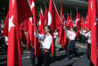 Des élèves turcs brandissent le drapeau national lors d'une parade à Ankara, enavril2012.