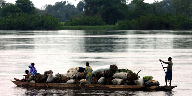 Des commerçants transportent des bananes sur le fleuve Congo, en RDC.