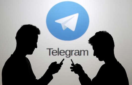Deux hommes posent devant le logo de Telegram.