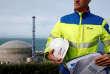 Un employé d'EDF devant le site du chantier de l'EPR, un réacteur nucléaire de troisième génération, àFlamanville (Manche).