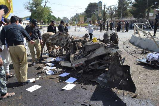 Des policiers pakistanais sur les lieux de l'attentat de Quetta, le 23 juin 2017.