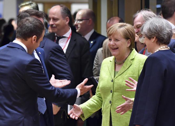 Emmanuel Macron, Angela Merkel et Theresa May, lors d'une table ronde à Bruxelles le 22 juin.