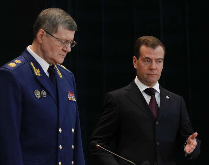 Le premier ministre russe, Dmitri Medvedev (à droite), au côté du procureur général, Iouri Tchaïka, aMoscou, en 2011.