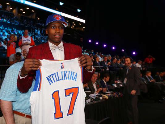 Frank Ntilikina obtient son maillot des Knicks lors de la« draft» 2017 à New York, le 22 juin.