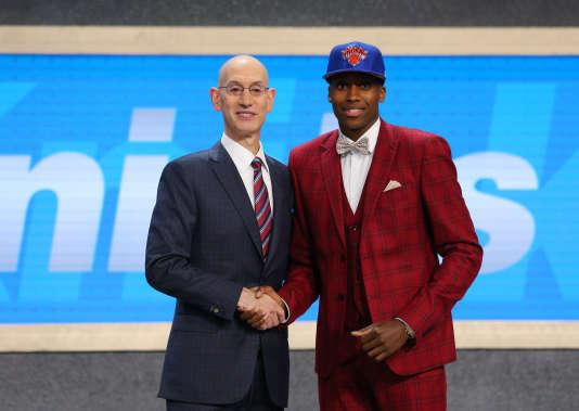Frank Ntilikina serre la main d'Adam Silver, le patron de la NBA, le 22 juin à New York.