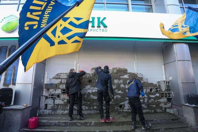 Au printemps, les membres du Corpus National ont organisé le blocus de plusieurs banques russes installées en Ukraine, dont la Sberbank (ici à Kiev le 13 mars).