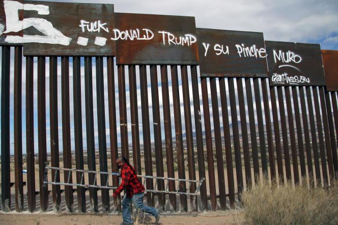 Un activiste peint des slogans anti-Trump sur le mur qui sépare les Etats-Unis du Mexique, le 26 février 2017.