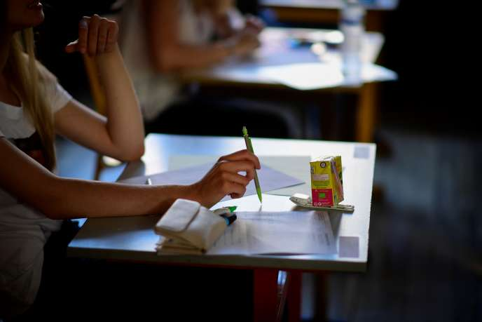 Une élève attend au début de l'épreuve de philosophie, à Paris, le 15 juin.