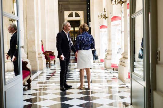 François De Rugy discute avec une députée le 19 juin dans les couloirs de l'Assemblée nationale.