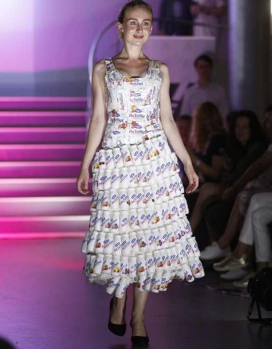 Défilé de mode d'éco-vêtements fait de matériaux recyclés à Kiev (Ukraine), le 23 juin 2017 : un des modèles de la créatrice française Isagus Toche.