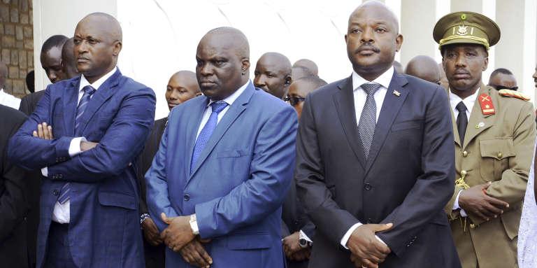 Le député Gaston Sindimwo, le président de l'Assemblée nationale burundaisePascal Nyabenda et le président Pierre Nkurunziza à Bujumbura, le 10 janvier 2017.