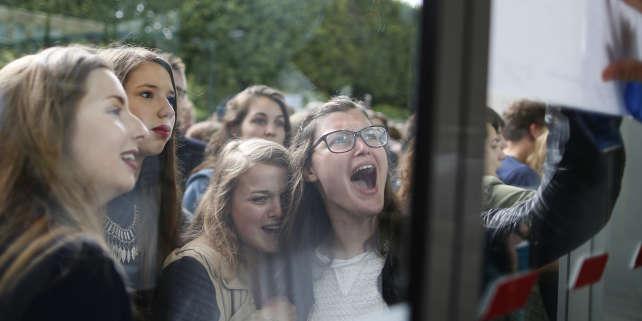Lors de l'affichage des résultats du bac au lycée Malherbe de Caen, le 5 juillet 2016. AFP PHOTO / CHARLY TRIBALLEAU