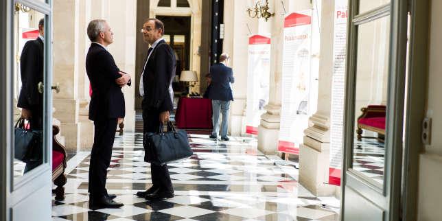 Paris, France le 19 juin 2017 - Premiers pas des elus a l Assemblee nationale pour accomplir leurs premières formalités et visiter les lieux aides par des huissiers. Francois de Rugy discute avec Yves Blein.