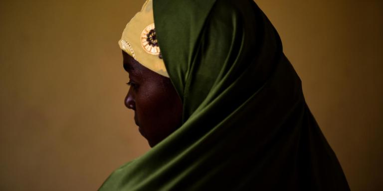 Aisha a été enlevée en 2016 puis mariée de force à un djihadiste. Elle a réussi à s'échapper et vit dans un camp de déplacés à Maïduguri.