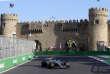 Le Finlandais Valtteri Bottas devant les murs de la vieille ville de Bakou, le 23 juin lors des essais libres.