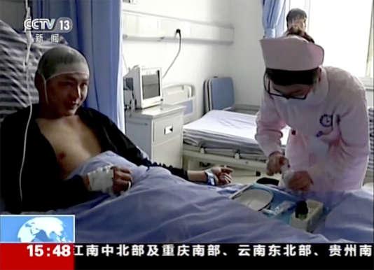 Quelques personnes ont eu la vie sauve, comme Qiao Dashuai et son bébé, qui ont survécu.