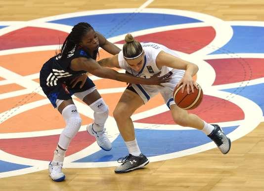 Olivia Epoupe (France) essaye de bloquer Anna Niki Stamolamprou (Grèce), le 24 juin à Prague.