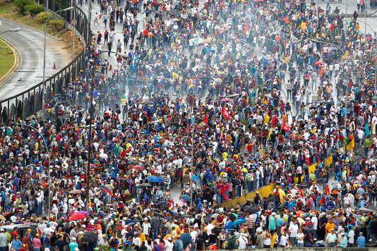 Les manifestants se sont rendus dans le périmètre de la base d'Air Force, lors de la manifestation samedi 24 juin, à Caracas.