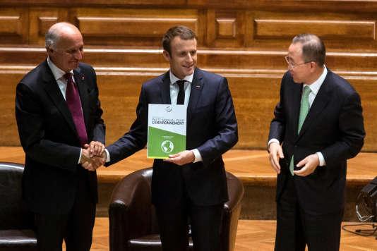 Emmanuel Macron entouré de Laurent Fabius et Ban Ki-moon, le 24 juin à Paris.