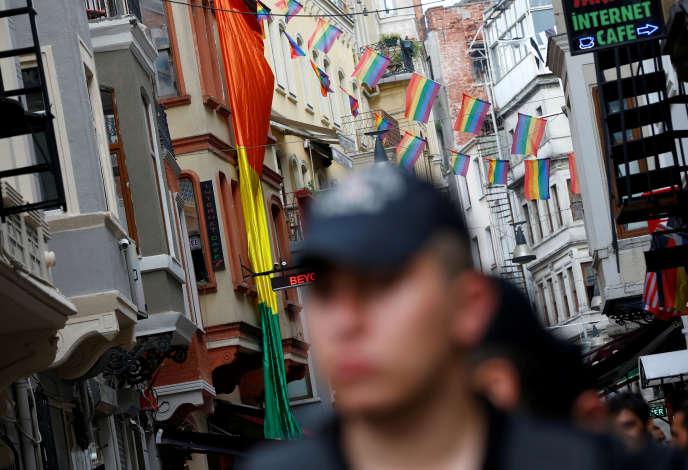 Les drapeaux LGBT ont flotté en 2016 dans les rues d'Istanbul, en Turquie.