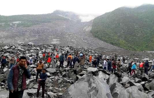 Face au pan de falaise qui s'est détaché, à l'emplacement du village de Xinmo, le 24 juin.