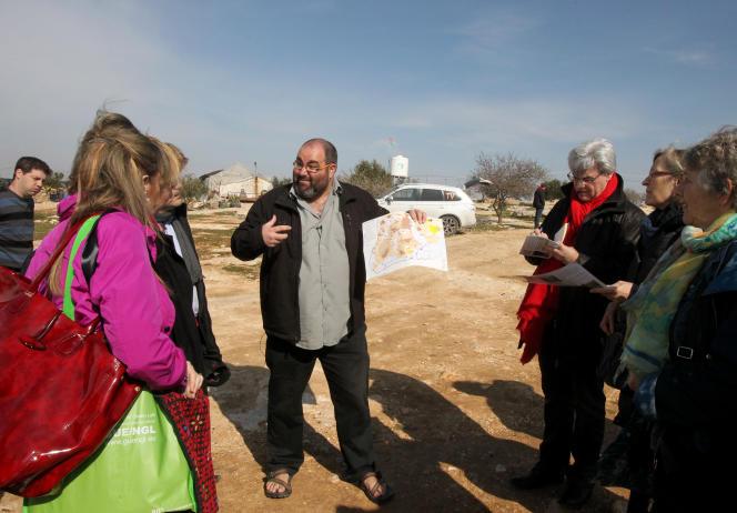 Yehuda Shaul (au centre), de l'ONG Breaking the Silence, s'entretient avec des membres du Parlement européen en visite à Hebron, en février 2016.
