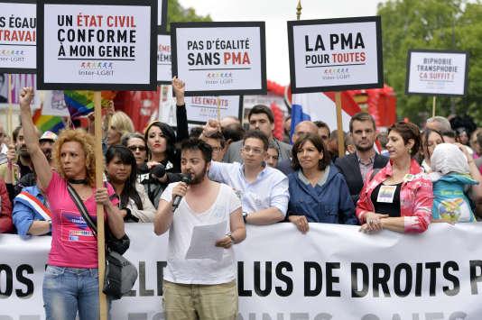 Anne Hidalgo participe à la marche des fiertés LGBT, à Paris, le 28 juin. L'accès à la PMA est une revendication ancienne.