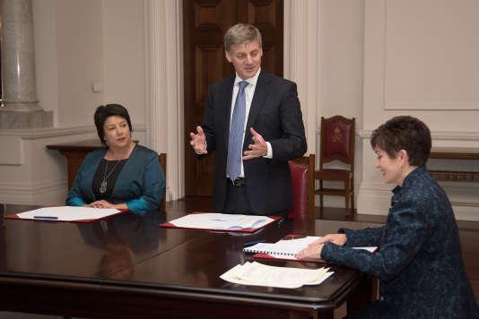 Le premier ministre néo-zélandais, aux côtés de la gouverneure générale, et de la vice-première ministre Paula Bennett, à Wellington.
