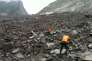 Comme le montre la chaîne de télévision CCTV, les secours sont à pied d'oeuvre à Xinmo, dans la province chinoise de Sichuan.