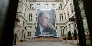 Un portrait de François Mitterrand est accroché à la façade du siège du Parti socialiste, le 7 janvier 2006, rue de Solférino à Paris.
