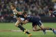 Le Français Damian Penaud tente de stopper le Sud-Africain Jesse Kriel lors du troisième test-match de la tournée, samedi 24 juin.