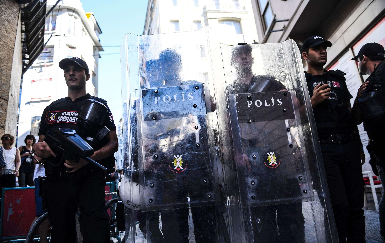 Dimanche, à Istanbul, les participants à la Marche des fiertés ont été dispersés par la police qui tirait avec des balles en caoutchouc.