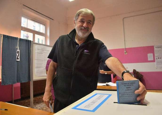Marco Bucci, le candidat de la droite, vote à l'élection municipale de Gênes, le 25 juin.