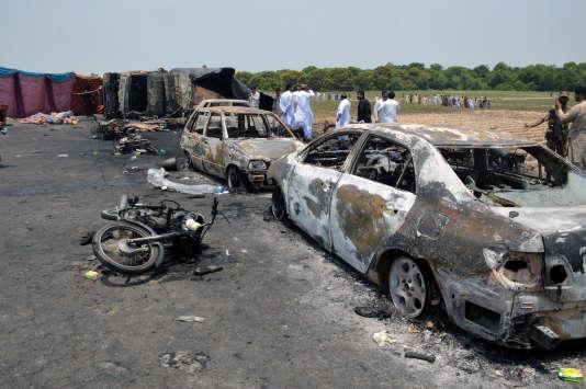 Des dizaines de carcasses de voitures et de motos jonchent l'autoroute près de la ville de Ahmedpur East, au Pakistan, le 25 juin 2017. (REUTERS / Stringer)