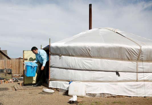Afin de faciliter le vote à distance, un fonctionnaire livre une urne à Zuunmod, en Mongolie, le dimanche 25 juin.