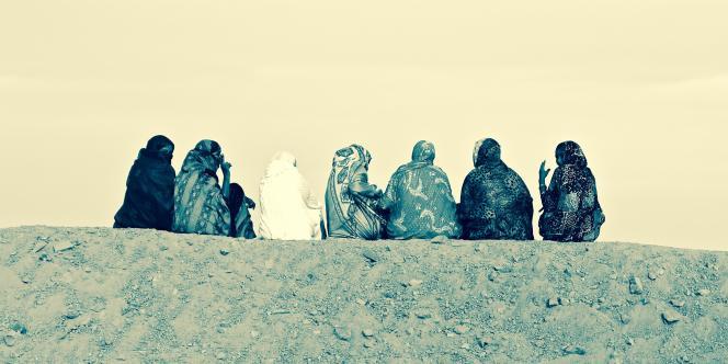 Jeunes femmes sur la butte de l'aéroport de Kidal en février 2015.