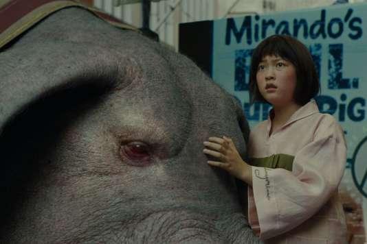 Mija, interprétée par Ahn Seo-hyun, et le monstre fantastique Okja, duo central du film coréen de Bong Joon-ho.