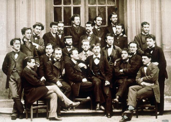 Photo de la promotion 1878 de l'Ecole normale supérieure, dont firent partie Henri Bergson (1er à gauche, debout), Jean Jaurès (2e à droite, assis, barbu, bras croisés) et Emile Durkheim (non identifié), à Strasbourg.